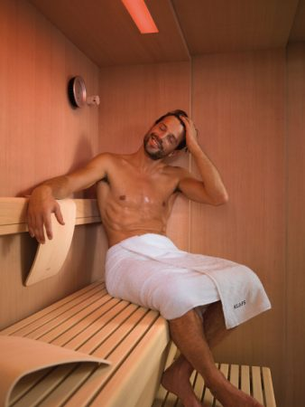 Die Seele baumeln lassen und wieder neue Kraft schöpfen – wo geht das besser als in der Sauna? Zahlreiche Studien belegen, dass sich Saunabaden ideal eignet, um ungesunden Stress abzubauen. Saunagänger sprechen davon, dass sich Belastungen wie in Luft auflösen. © KLAFS GmbH & Co. KG