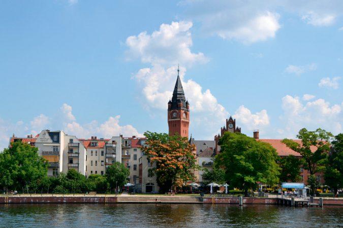 An der Mündung der Dahme in die Spree liegt das Rathaus Köpenick mitten in der Altstadt.  © Panther Media GmbH / Alamy Stock Photo