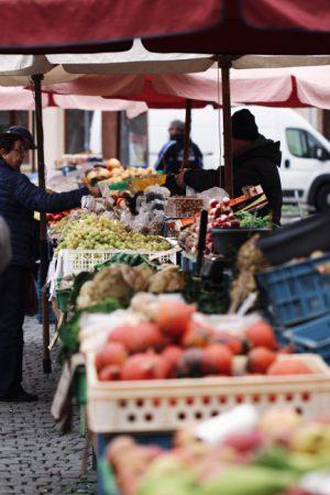 """Der Wochenmarkt in Adlershof bietet """"Gutes aus der Nachbarschaft"""", jeweils mittwochs und donnerstags. © Jonah Pettrich / unsplash.com"""