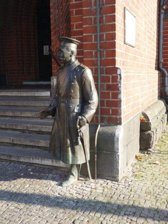 Skulptur des Hauptmannes von Köpenick © Michael T. Schmidt / isoarts.com