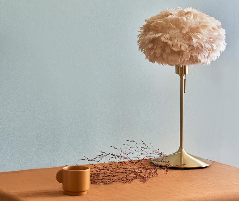 Wohntrends_Bild_7_UMAGE_lifestyle_Eos-mini_light-brown_Champagne_WHOSPERFECT_A Sessel und Leuchten für den perfekten Sundowner im Herbst