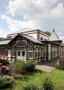Architektur_Ballhaus-Pankow_in_der_Grabbeallee_wikimedia-212x300 Schloss-Atmosphäre im Ballhaus Pankow