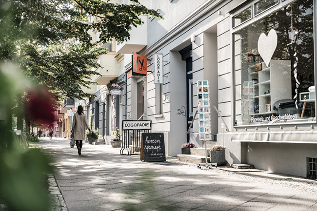 """Die Schaufenster sind so viel schicker als in den großen Einkaufsstraßen. Ob """"Zweite Liebe"""" (oben), """"Kaa"""" (mitte) Ach Flora, ick freu mir wie Bolle, det et dir jibt! © PROJECT Immobilien Wohnen AG"""