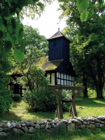 Ein versteckte kleine Kirche in Alt-Placht - auch Kirchlein im Grünen genannt - in der Nähe von Templin © Lothar Henke / pixelio.de