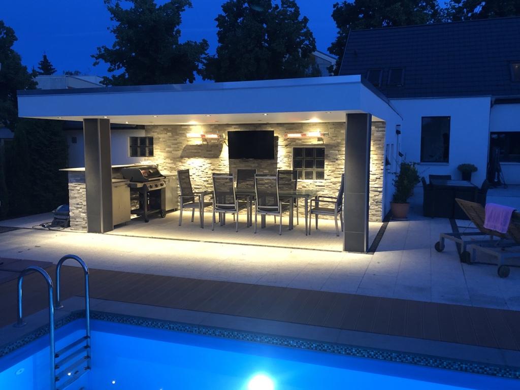 der Poolbereich bei Nacht © HAVELGRUND - Gesellschaft für die Betreuung von Grundbesitz mbH