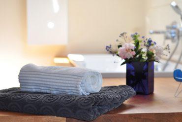 Wellness, Handtücher und Blumen