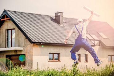 Mann freut sich vor Haus