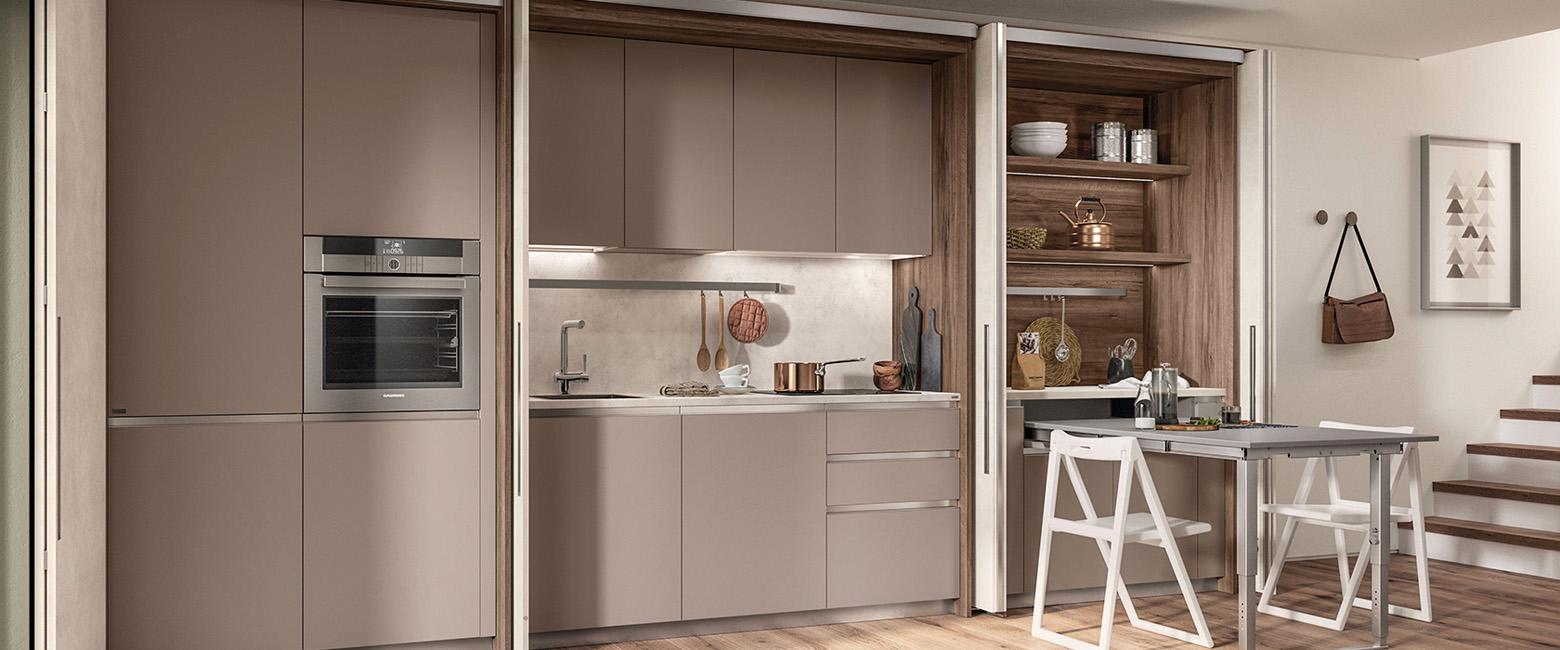 Kueche_Versteckte-Kueche_scavolini_kuechenzeile-versteckt-schranktueren_Boxi-Basement-Flat Die versteckte Küche und ein offener Wohnraum schließen sich nicht aus