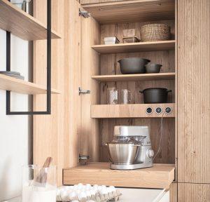 Kueche_Versteckte-Kuechen_LEICHT-Vorratsschrank-Bossa-Eiche-300x288 Die versteckte Küche und ein offener Wohnraum schließen sich nicht aus