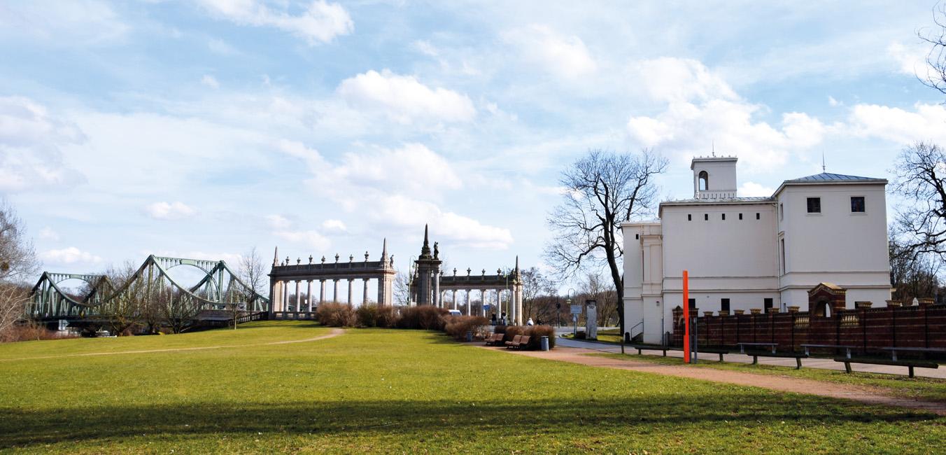 Architektur_Panorama_Glienicker_Bruecke_mit_Villa_Schoeningen Villa Schöningen: Das versteckte Arkadien