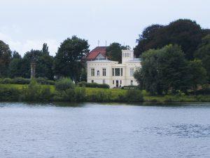 Architektur_Villa_Schoeningen_2010_-_panoramio-300x225 Villa Schöningen: Das versteckte Arkadien