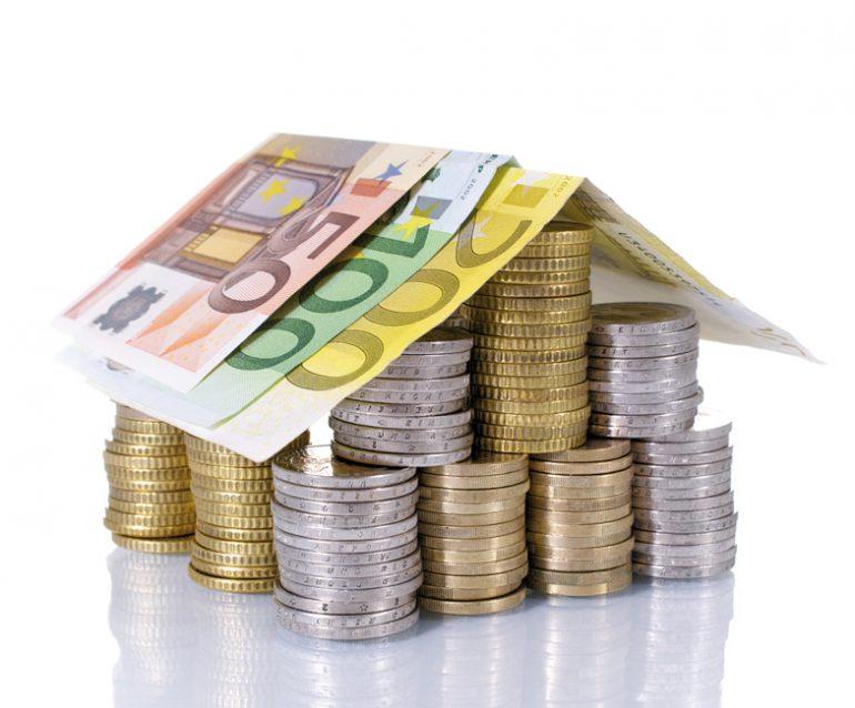 Wohnungspreise_Geld-Dach-Scheine_Fotolia_49446445