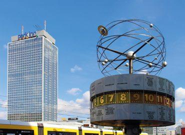 Hochhaus mit Weltzeituhr Alexanderplatz