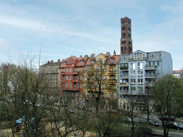 © Angela Monika Arnold, Berlin, Kaskelkiez Noeldnerstr Schrotkugelturm+Haeuser, Farbanpassung von RIV, CC BY 3.0